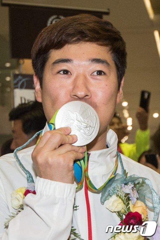 [사진]메달에 입맞추는 김종현 '소중한 은메달'