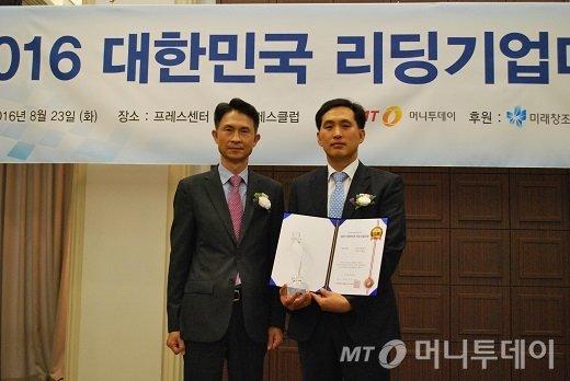 유석현 다성테크 상무(오른쪽)가 리딩기업대상을 수상한 뒤 박종면 머니투데이 대표와 기념 촬영을 하고 있다/사진=중기협력팀<br />