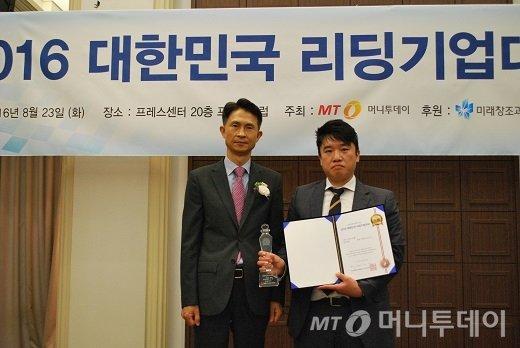 이병동 비츠 대표(오른쪽)가 서비스혁신대상을 받고 윤병훈 머니투데이 상무와 기념 촬영을 하고 있다/사진=중기협력팀