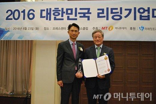 김영국 이지팜 대표(오른쪽)가 리딩기업대상을 받고 박종면 머니투데이 대표와 기념사진을 찍고 있다/사진=중기협력팀