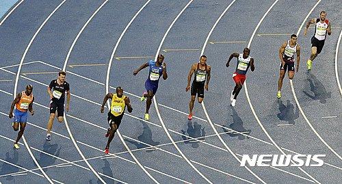 【리우데자네이루=AP/뉴시스】'인간 번개' 우사인 볼트(30· 자메이카 ·왼쪽 세 번째))가 19일(한국시간) 리우의 마라카낭 올림픽주경기장에서 열린 육상 남자 200m 결승에서 선두로 치고나오고 있다. 19초78를 기록한 그는 자신이 보유한 세계기록 19초19에는 못미쳤다. 그는 이날 우승으로 3개 대회 연속 100m와 200m를 휩쓸며 8개의 올림픽 금메달을 기록했다. 다음 날 400m 계주를 남겨두고 있다.