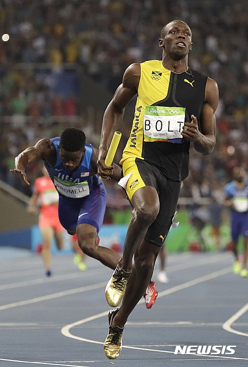 Jamaica's Usain Bolt competes in the men's 4x100-meter relay final as United States' Trayvon Bromell trips during the athletics competitions of the 2016 Summer Olympics at the Olympic stadium in Rio de Janeiro, Brazil, Friday, Aug. 19, 2016. (AP Photo/David J. Phillip)