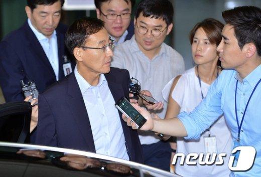 [사진]퇴근하는 김수남 검찰총장 '특별수사팀은 정면돌파?'
