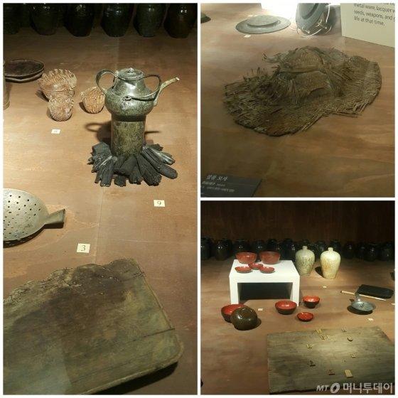 항해중 배의 생활을 알 수 있는 생활용품도 발견됐다. 짚으로 만든 모자, 숯과 주전자, 거르는 국자, 도마, 칼, 그리고 나무상자 뚜껑에 새겨 놀았던 것으로 추정되는 장기판, 바둑판은 발견되지 않았으니 바둑돌도 있었다. 650년전 것이라고 생각하기에는 원형 보존이 완벽하고 부식이 덜돼 감탄이 절로 난다. /사진=갤럭시6, 신혜선
