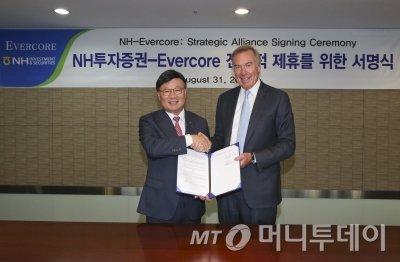김원규 NH투자증권 사장(왼쪽)이 31일 서울 여의도 본사에서 랄프 숄스타인 에버코어 최고경영자(CEO)와 전략적 제휴를 체결한 뒤 악수를 나누고 있다.
