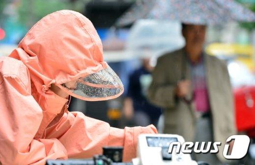 [사진]'우산 챙기세요'