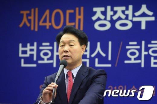 [사진]질문에 답하는 장정수 대한체육회 회장 예비후보