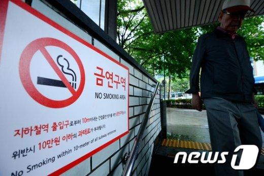 [사진]내일부터 지하철역 출입구 금연구역 내 흡연 단속