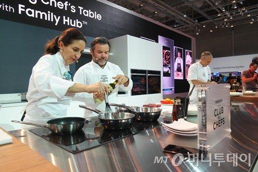 삼성전자가 'IFA 2016' 개최 기간 중 단독전시관에서 '셰프의 테이블' 쿠킹쇼를 열고 유럽향 '패밀리 허브' 신제품을 공개했다/사진제공=삼성전자