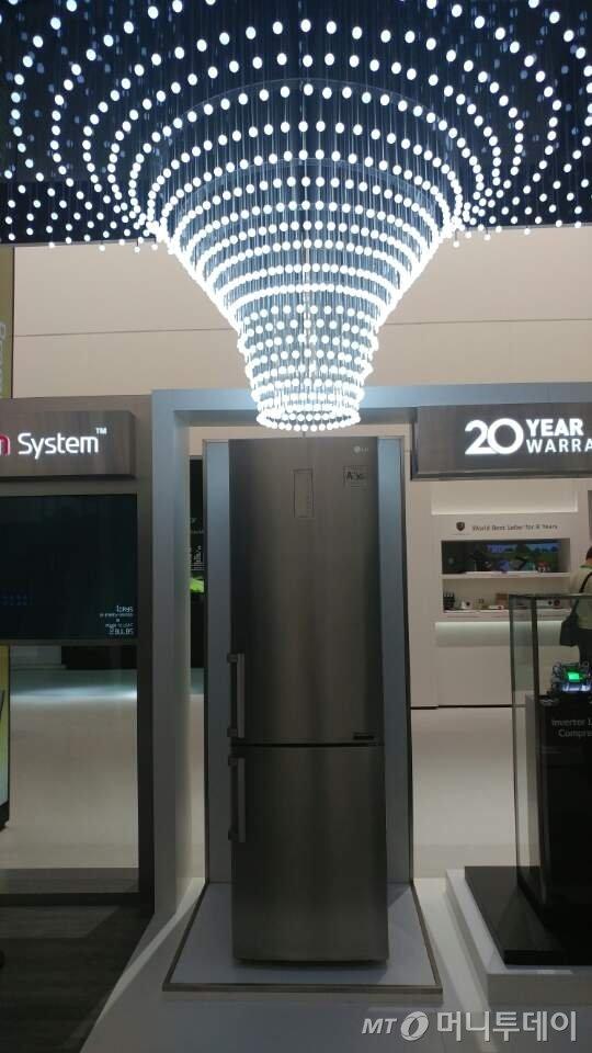 LG전자가 초절전 냉장고를 통해 절약한 전기로 1만8000개의 전구를 밝힐 수 있음을 형상화했다/사진=김성은 기자