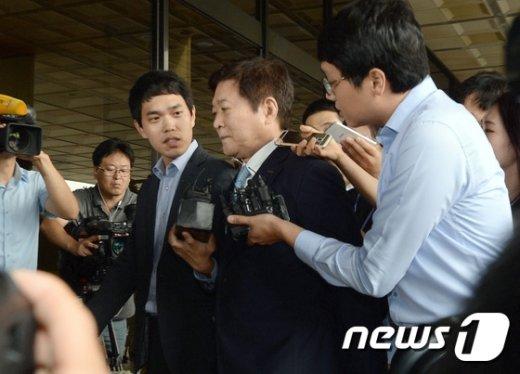 [사진]기자들의 질문 받는 소진세 사장