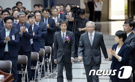 [사진]함께 입장하는 김재형 대법관-양승태 대법원장