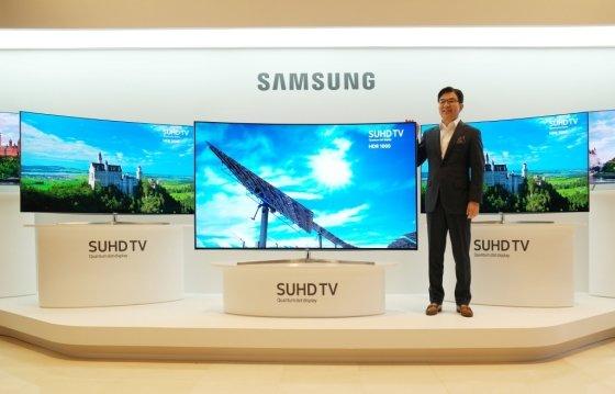 삼성전자 SUHD TV 제품과 함께 포즈를 취한 김현석 삼성전자 영상디스플레이사업부장(사장)/사진=삼성전자