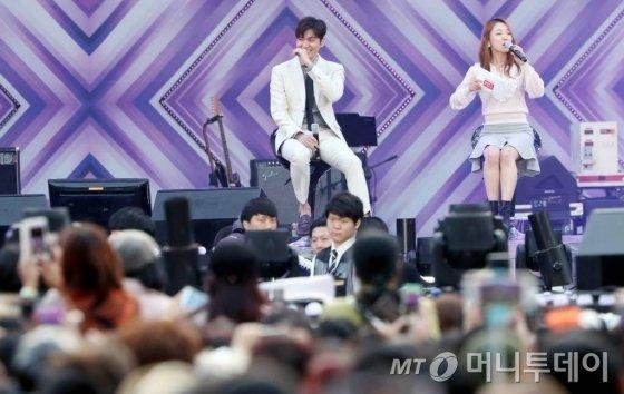 배우 이민호가 15일 오후 서울 잠실종합운동장 올림픽주경기장에서 열린 제23회 롯데면세점 패밀리 콘서트에서 팬미팅을 갖고 있다.