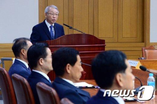 [사진]양승태 대법원장 '부장판사 뇌물구속, 대국민 사과'