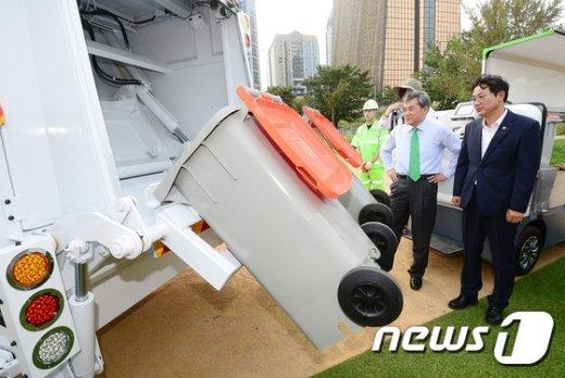 [사진]'현대화된 쓰레기수거차 신기하네'