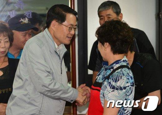 [사진]전통시장 상인 만난 김재수 농축산부 장관
