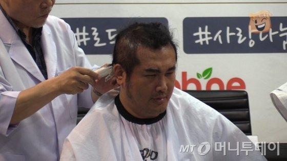 삭발하는 김보성의 모습/사진= 함혜인 인턴기자