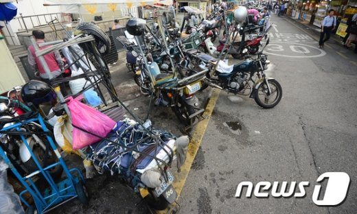 [사진]일감 기다리는 오토바이 택배