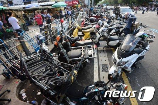 [사진]추석 앞두고 줄지어 서있는 퀵서비스 오토바이
