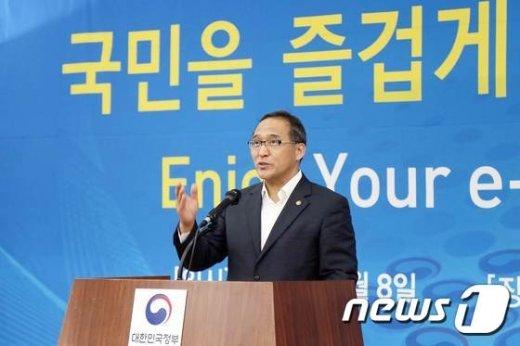 [사진]기조연설 하는 홍윤식 장관