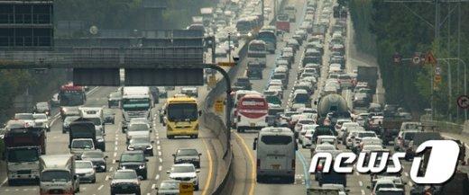 [사진]벌초객 몰린 고속도로 '정체 극심'
