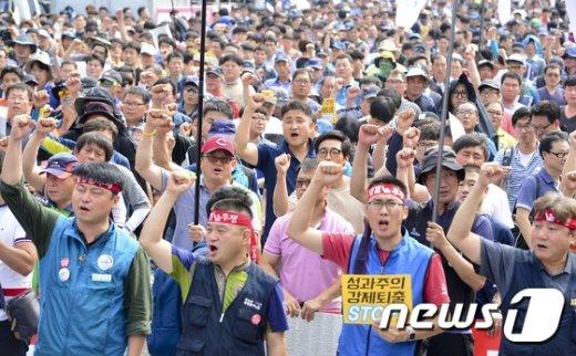 [사진]'일방적으로 추진하는 성과연봉제 반대한다'