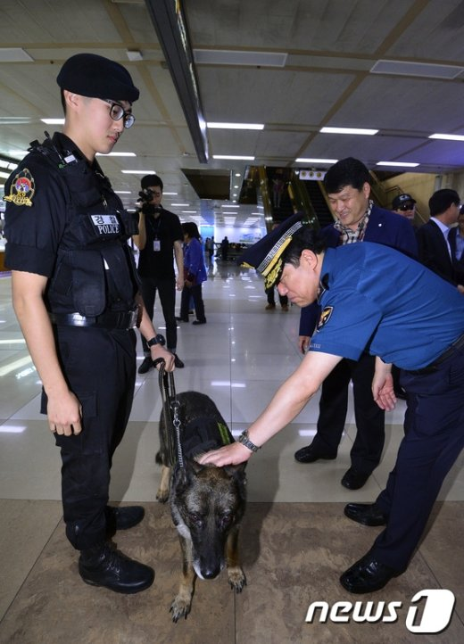 [사진]이상원 청장 '폭발물 탐지견 격려'