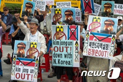 [사진]구호 외치는 보수단체 '북한 핵실험 규탄'