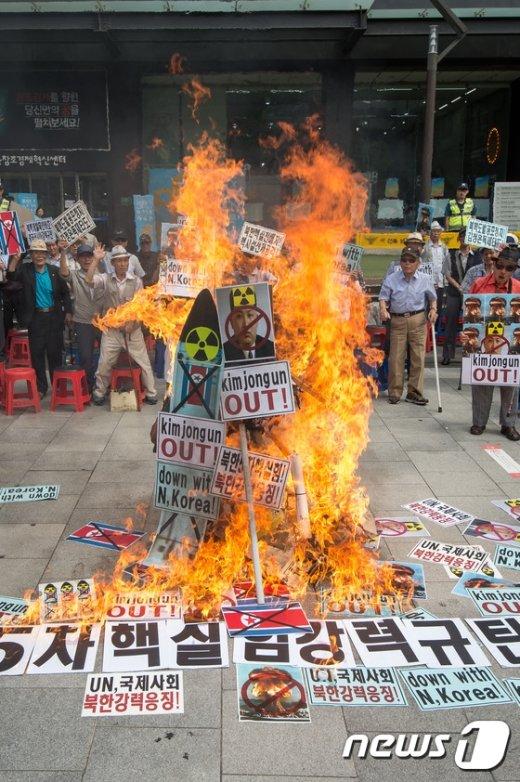 [사진]보수단체, '북한 핵실험 규탄 퍼포먼스'