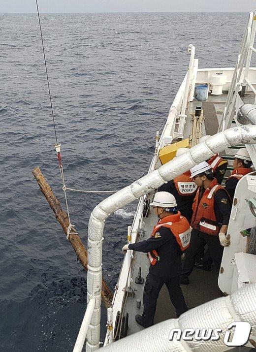 [사진]'선박과 충돌 위험' 바다에 떠다니는 원목 수거