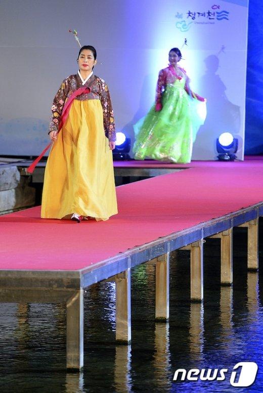 [사진]'물 위에서 열리는 패션쇼 보셨나요?'