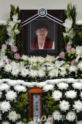 21일 오후 서울 서초구 성모병원 장례식장에 마련된 고 안치범씨 빈소에 고인의 영정이 놓여 있다/사진=뉴스1