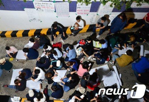 [사진]부검 집행 막기 위해 모인 시민들