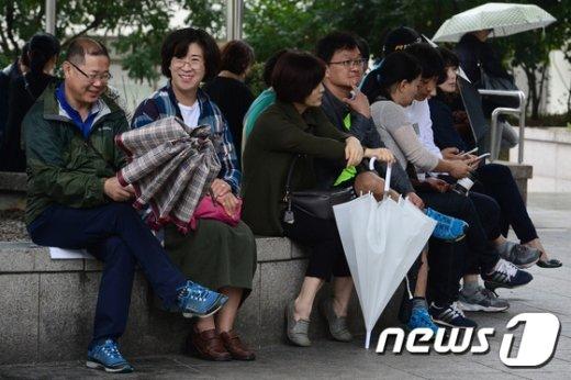 [사진]'수험생들을 기다리는 부모들'
