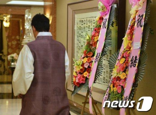 [사진]김영란법 시행...호텔 결혼식장에 놓인 화환