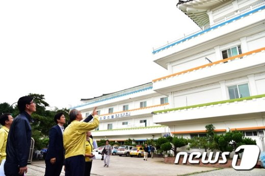 [사진]숙박시설 점검하는 이성호 국민안전처 차관