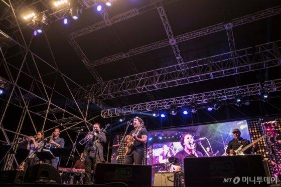 1일 '파티 스테이지' 무대에 오른 흥겨운 재즈 밴드 '블라디미르 쳇카르'. /사진제공=자라섬국제재즈페스티벌<br />