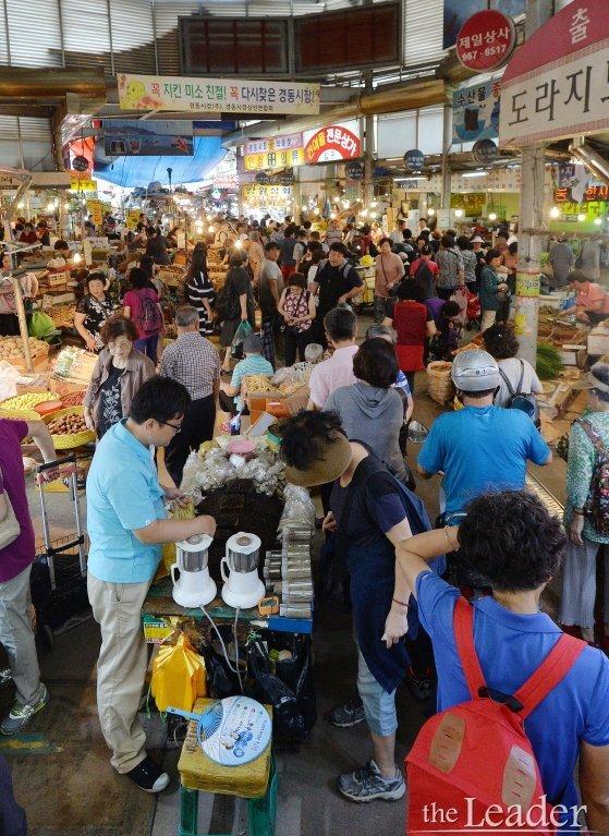 제수용품 구매하는 시민들로 붐비는 전통시장