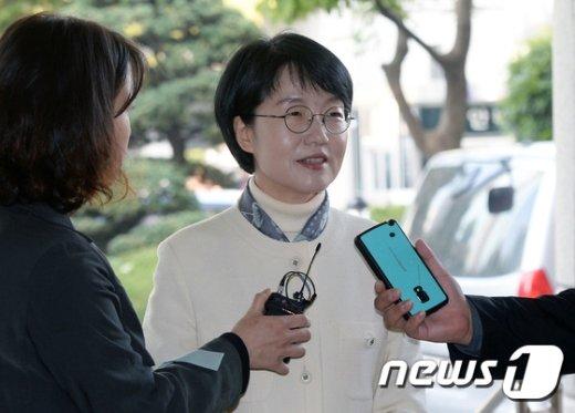 [사진]기자들의 질문받는 박선숙 의원
