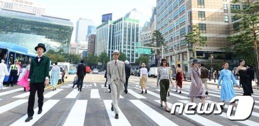 [사진]대한제국 선포일 '환구단 횡단보도 패션쇼'
