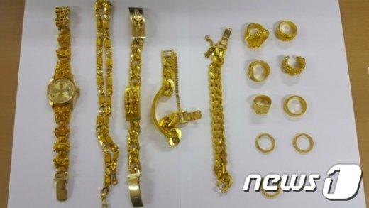 피의자에게서 압수한 금붙이들. (서울지방경찰청 국제범죄수사대 제공) © News1