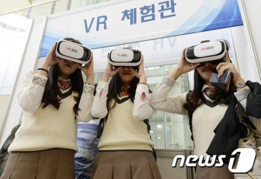학생들이 VR체험을 하는 모습./뉴스1 © News1