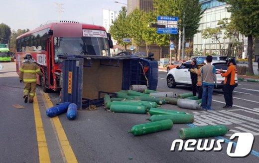 12일 오전 10시16분쯤 서울 마포구 합정역교차에서 발생한 교통사고 현장(서울 마포경찰서 제공)© News1