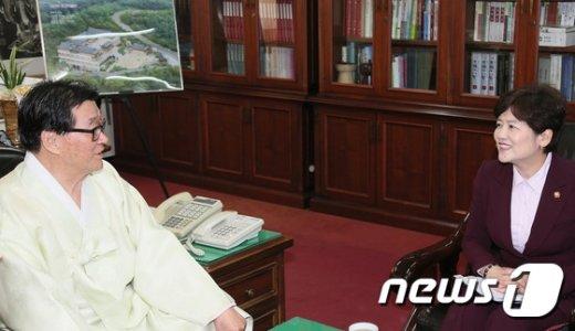 [사진]강은희 여성가족부 장관, 유교 성균관장 예방