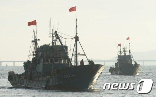 [사진]인천으로 압송되는 中 불법조업 어선