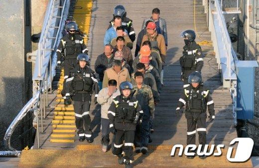 [사진]고개숙인 中 선원들