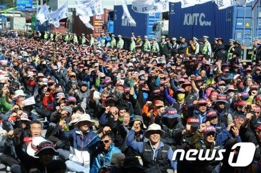 화물연대가 총파업을 돌입한 10일 오전 부산 동구 감만부두 앞 사거리에서 열린 출정식에서 노조원들이 투쟁을 외치고 있다. 2016.10.10/뉴스1 © News1 여주연 기자