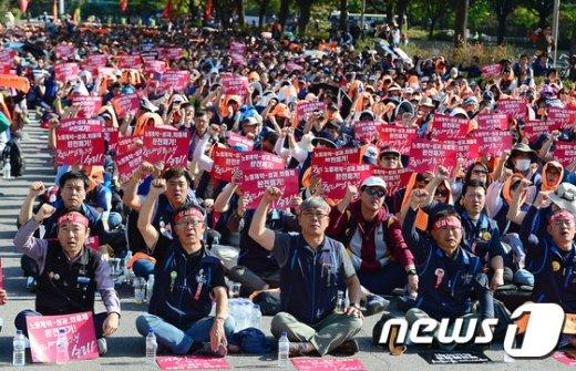 지난 6일 서울 여의도 산업은행 본사 앞에서 열린 민주노총 총파업 결의대회에서 참석자들이 구호를 외치고 있다./뉴스1 © News1 박세연 기자