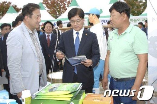 [사진]생태관광 활성화 논의하는 조경규 장관